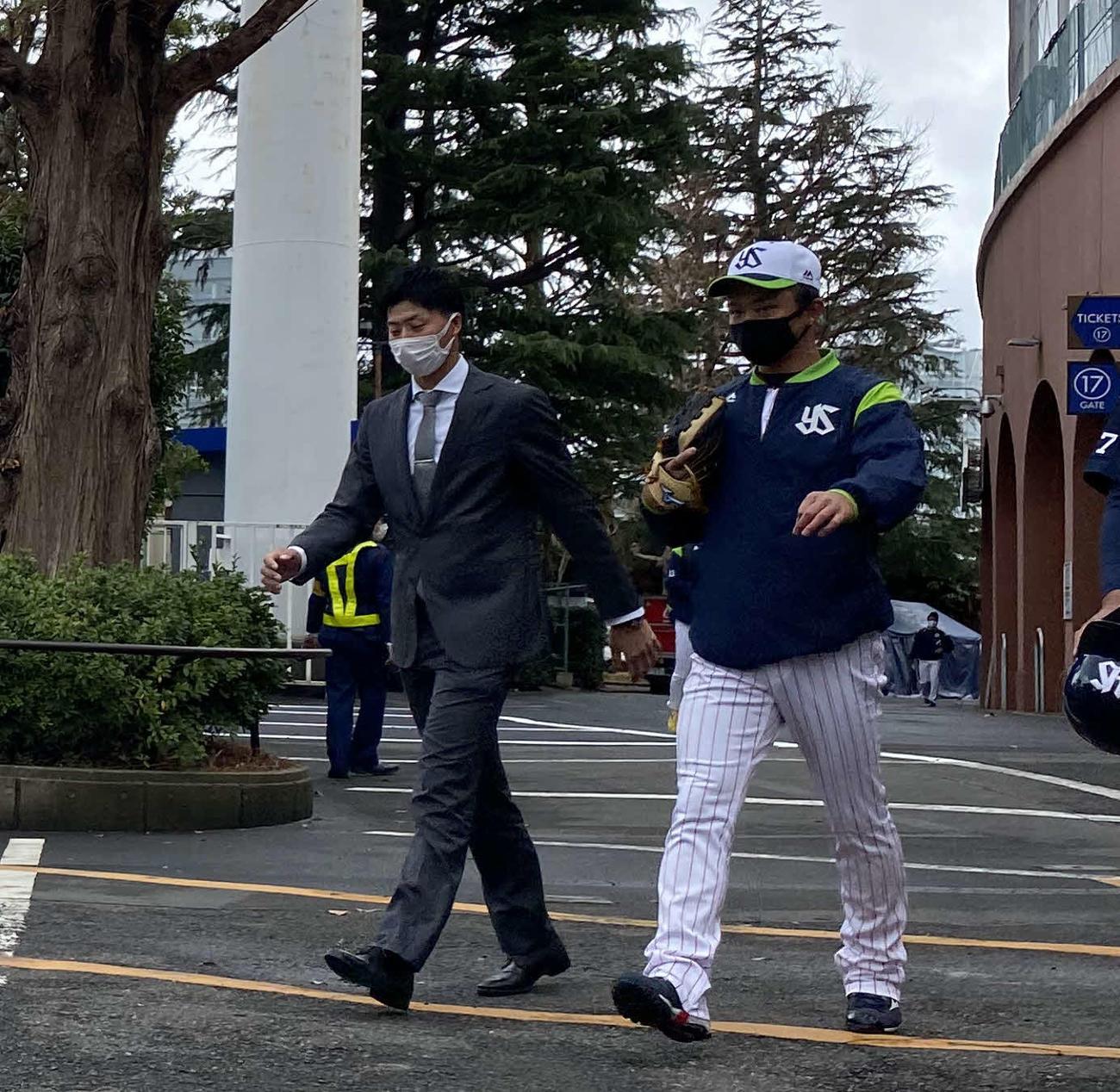 トレード発表から一夜明け、ヤクルトの選手たちへあいさつに訪れた広岡(左)(撮影・湯本勝大)