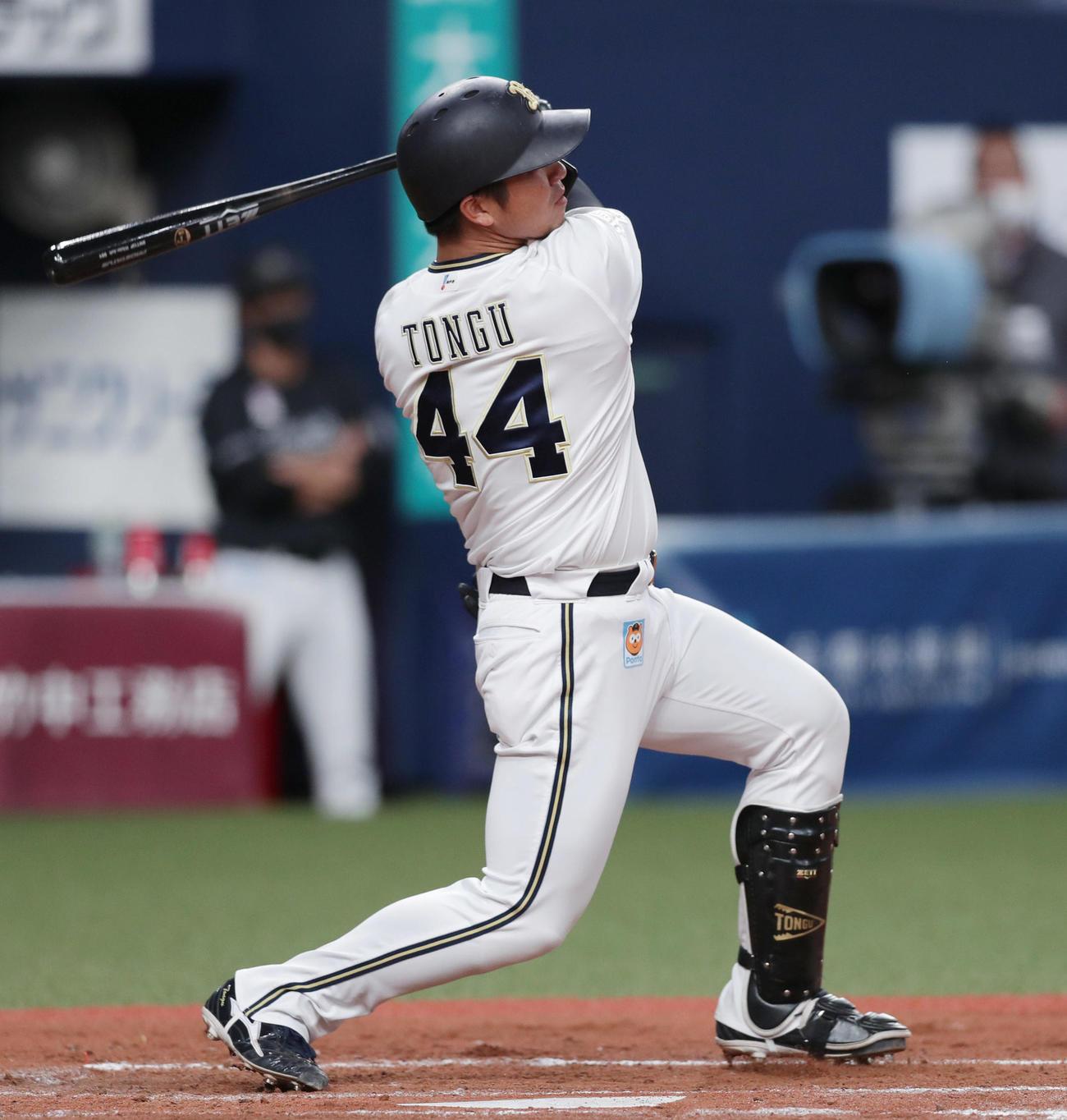 左越え2点本塁打を放つ頓宮(撮影・前田充)