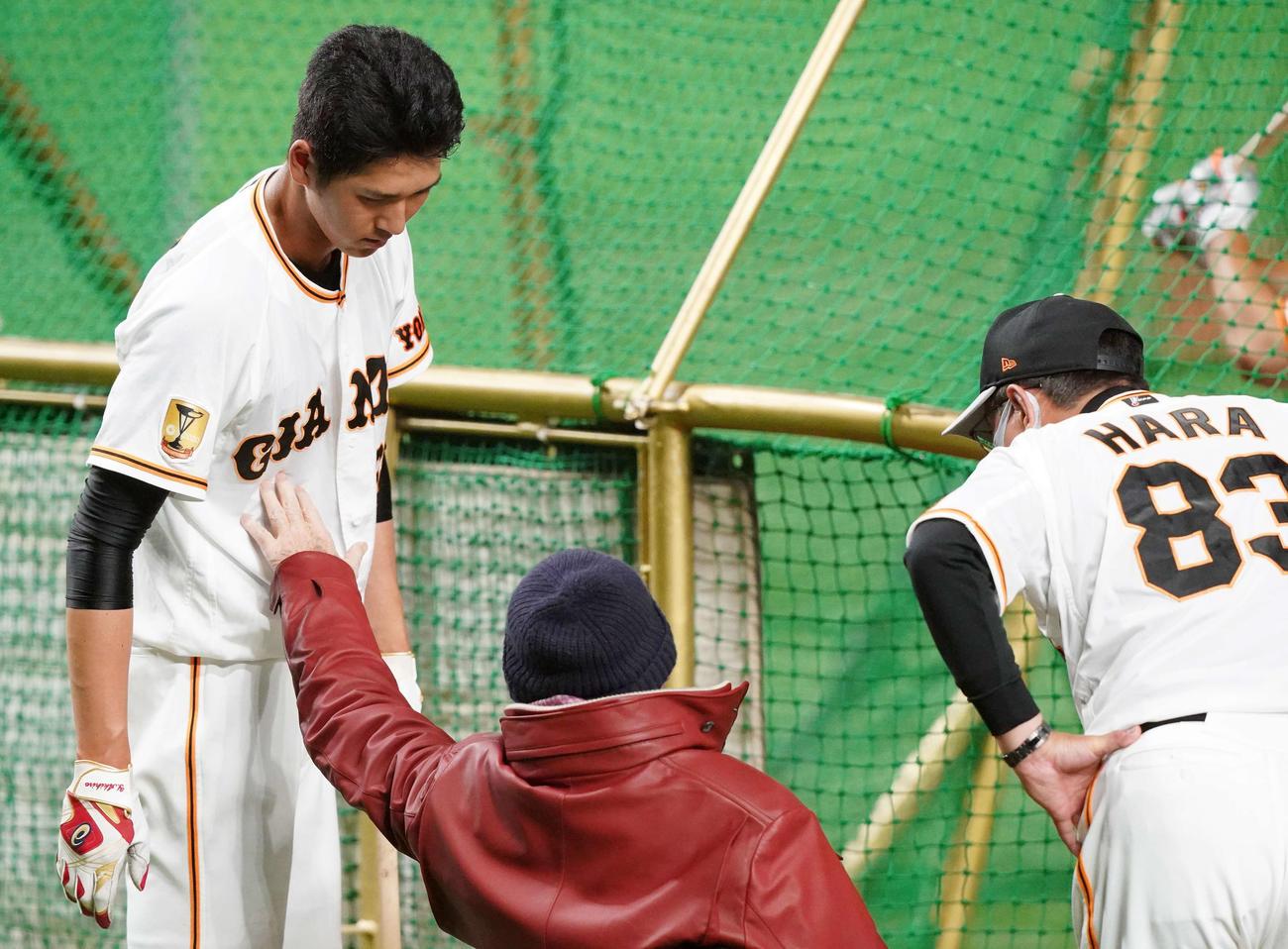 打撃練習する巨人秋広(左)へ言葉をかけ体に触れる長嶋終身名誉監督。右は原監督(撮影・江口和貴)
