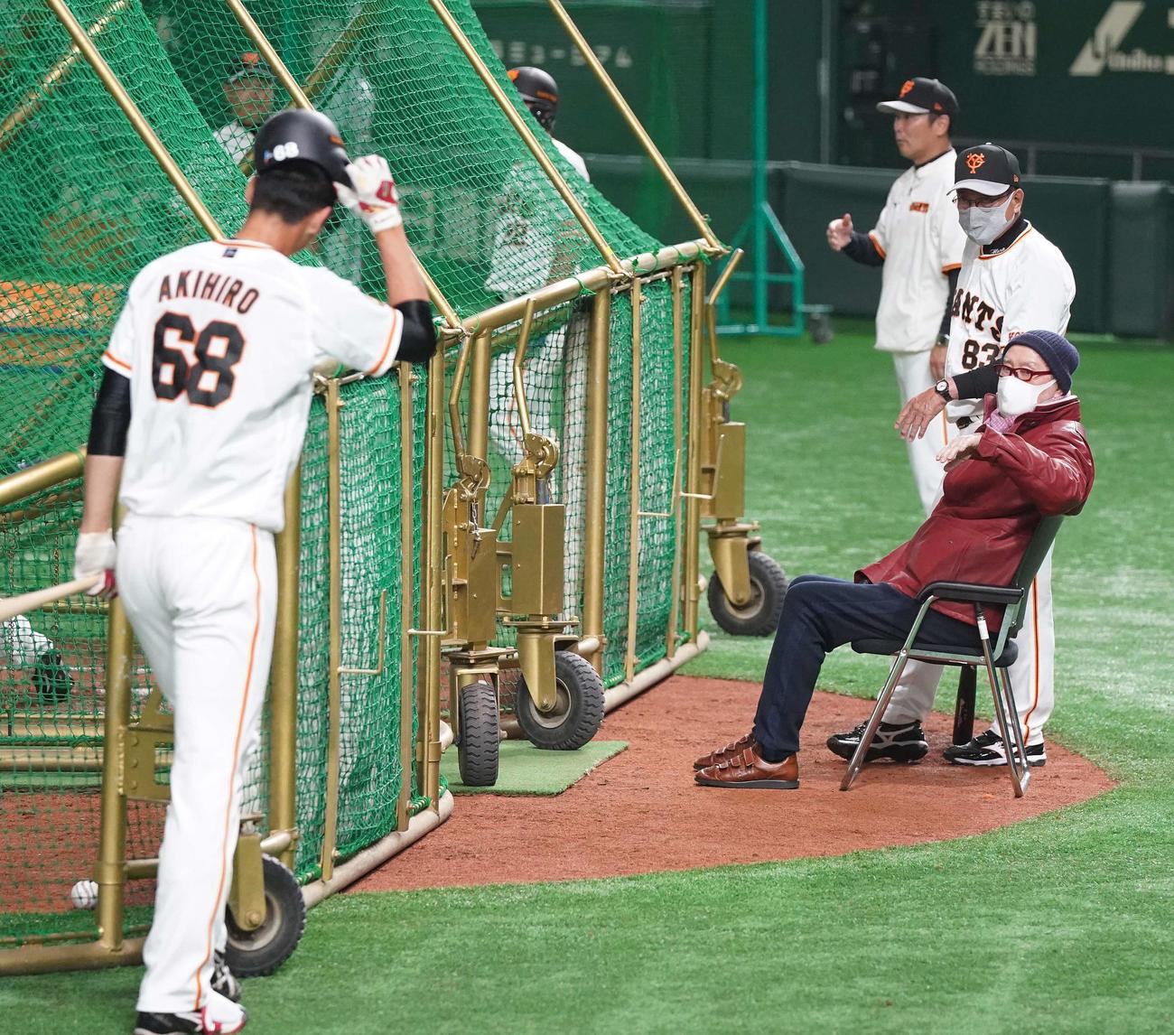 打撃練習する巨人秋広(左)を呼ぶ長嶋終身名誉監督(右手前)(撮影・江口和貴)