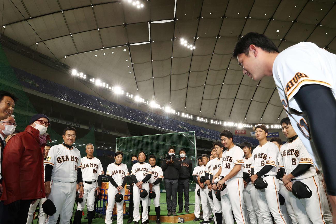 巨人練習を視察した長嶋終身名誉監督(左から3人目)にあいさつする平内(右端)(球団提供)