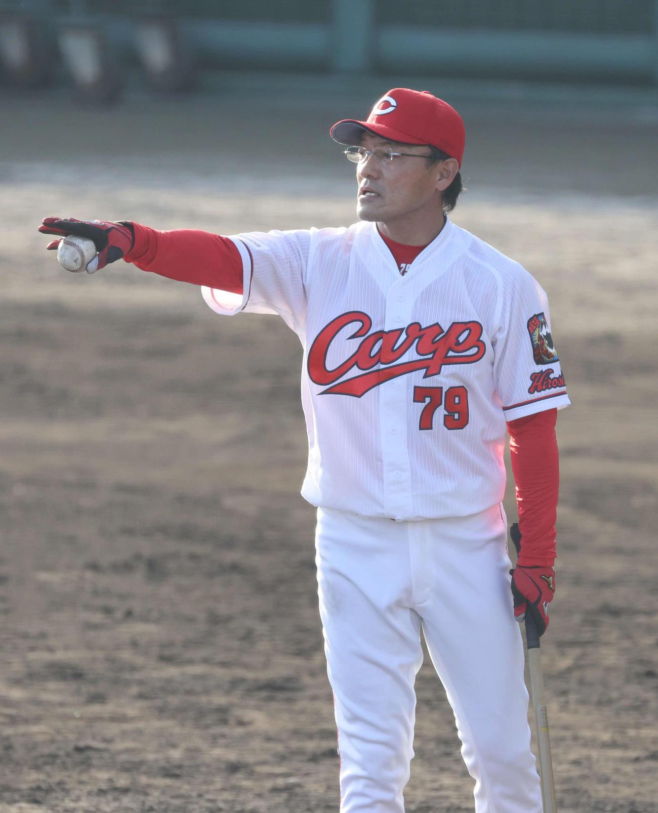 2月16日、練習試合後に菊池涼らにノックをする河田ヘッドコーチ