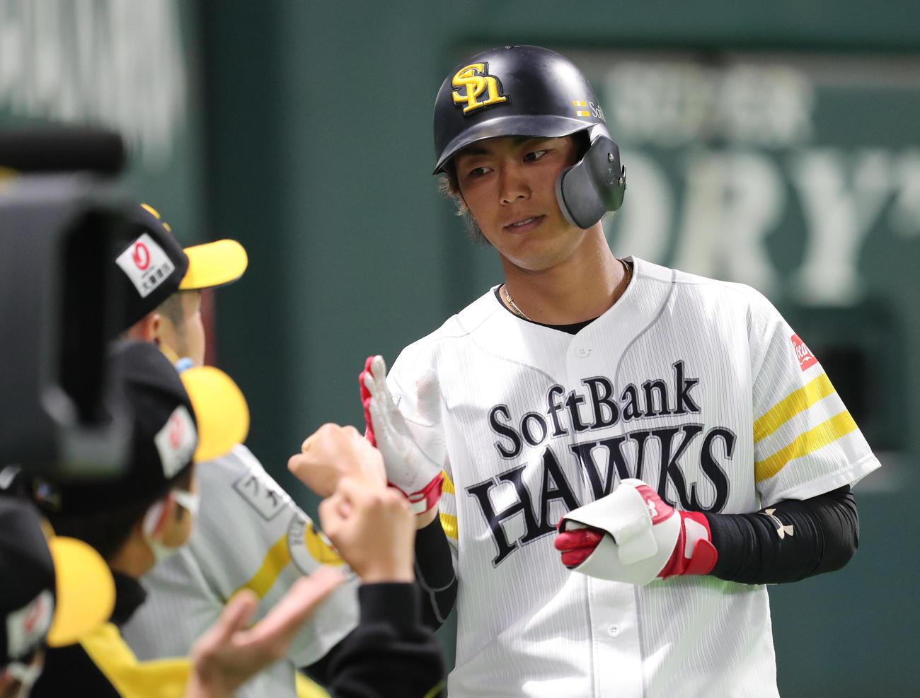 ソフトバンク対中日 2回裏ソフトバンク1死満塁、今宮は松田の二ゴロの間に生還しナインに迎えられる(撮影・梅根麻紀)