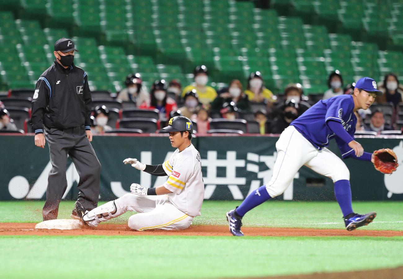 ソフトバンク対中日 3回裏ソフトバンク2死一、三塁、上林誠知は右越えに2点適時三塁打を放つ(撮影・梅根麻紀)