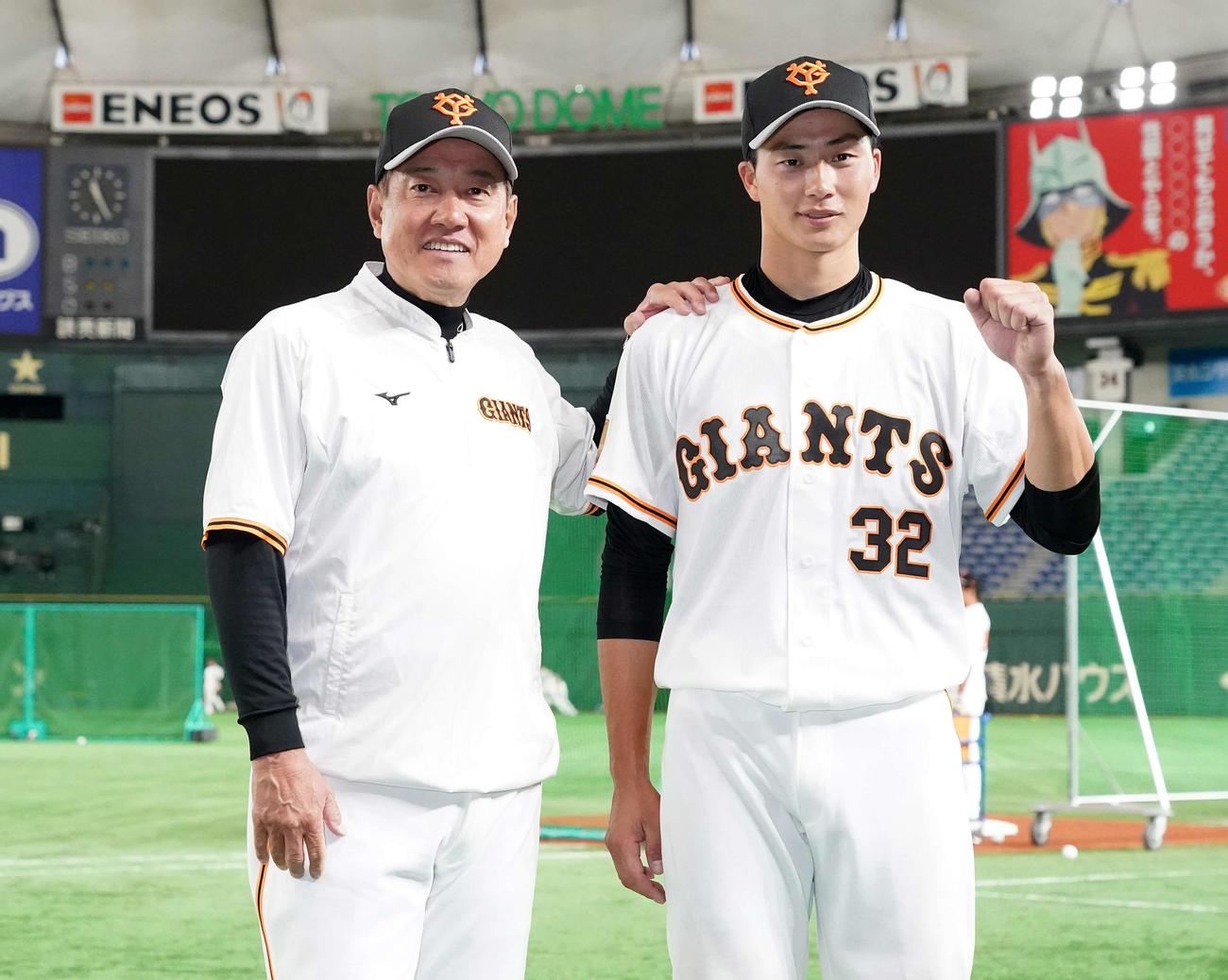 巨人対ヤクルト 試合前、巨人原監督(左)と写真に納まる広岡(撮影・江口和貴)