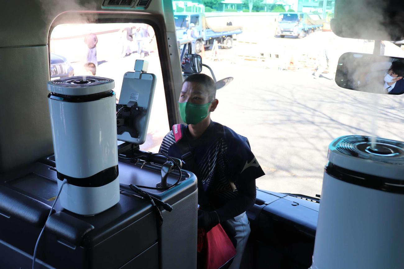 亜大 感染対策を万全にしたバスで遠征に出る選手。AI搭載のサーマルカメラで体温を計測してバスに乗り込む(撮影・保坂淑子)