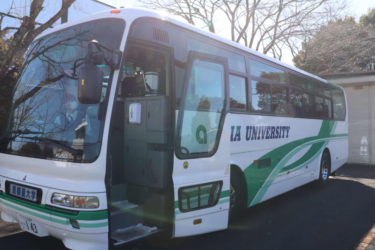 亜大 感染対策を万全にしたバスで遠征に出る選手(撮影・保坂淑子)