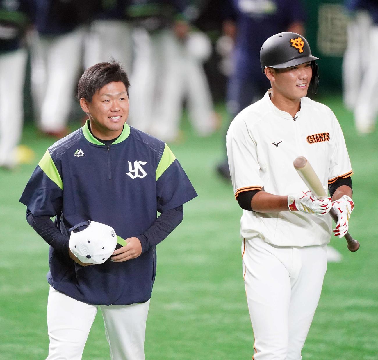 巨人対ヤクルト 試合前、あいさつに向かうヤクルト田口(左)。右は巨人坂本(撮影・江口和貴)