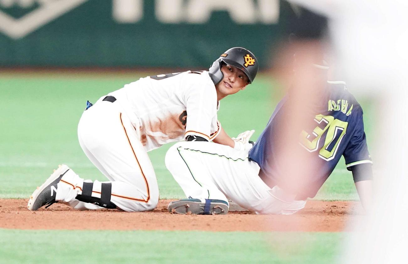 巨人対ヤクルト 5回裏巨人1死一塁、同点適時二塁打を放つも帰塁できずリクエスト判定でアウトとなる吉川(撮影・江口和貴)