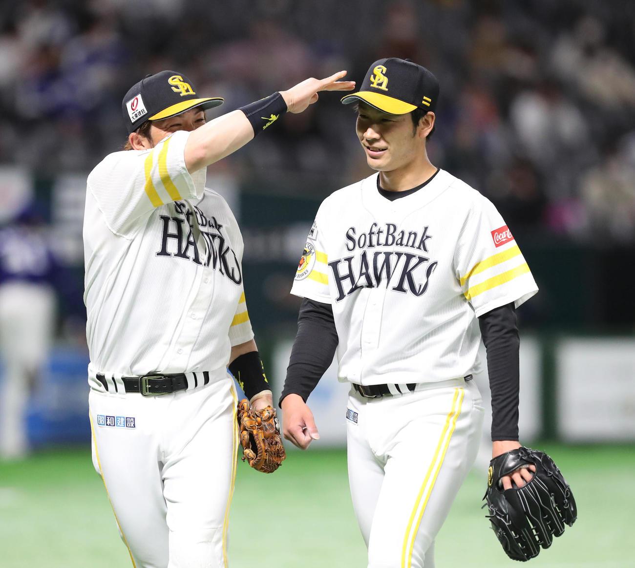 ソフトバンク対中日 先発した武田翔太は4回を投げ無失点と好投、松田宣浩に頭をなでられる(撮影・梅根麻紀)