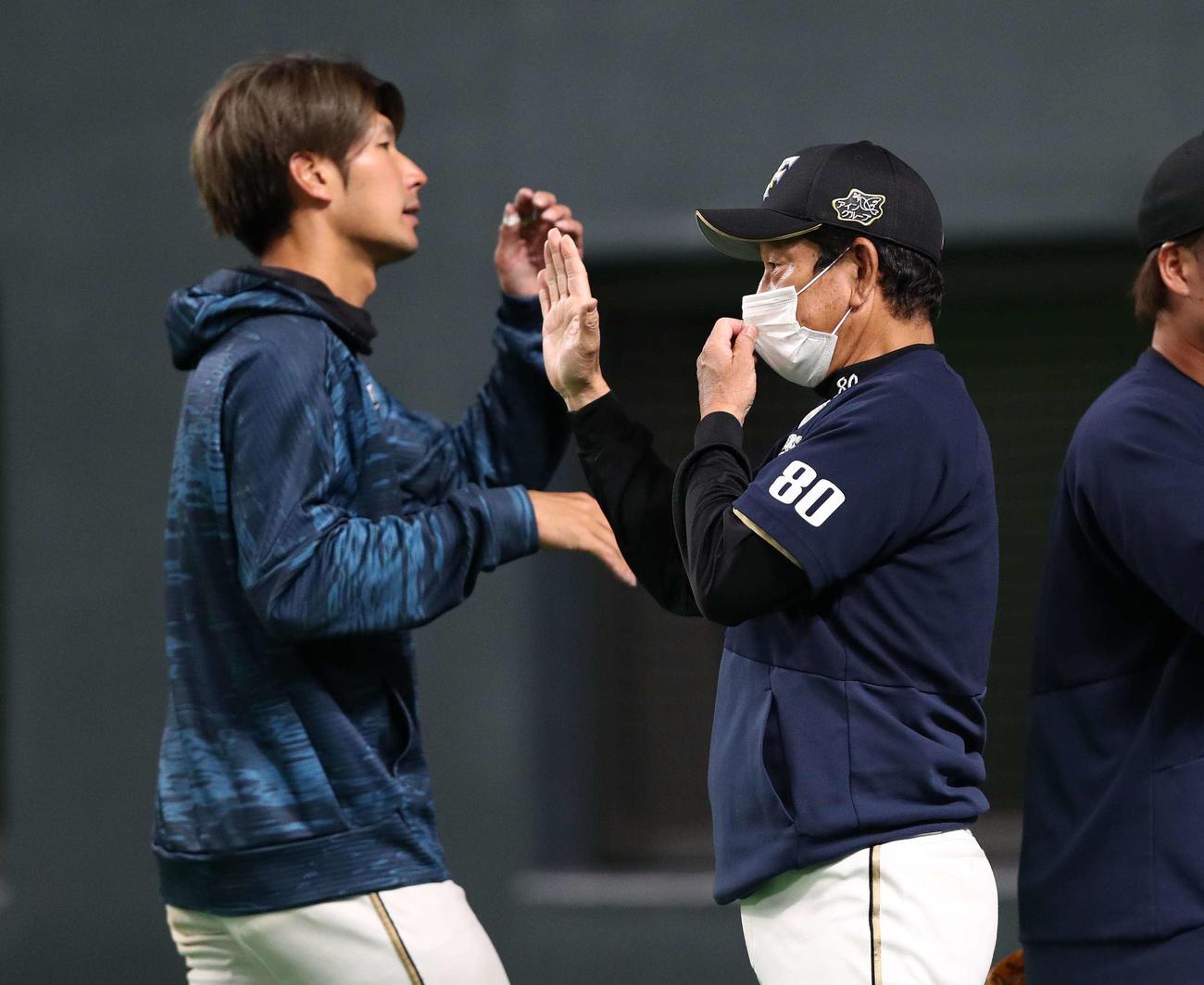 日本ハム対西武 試合後、選手を出迎える栗山監督(撮影・黒川智章)