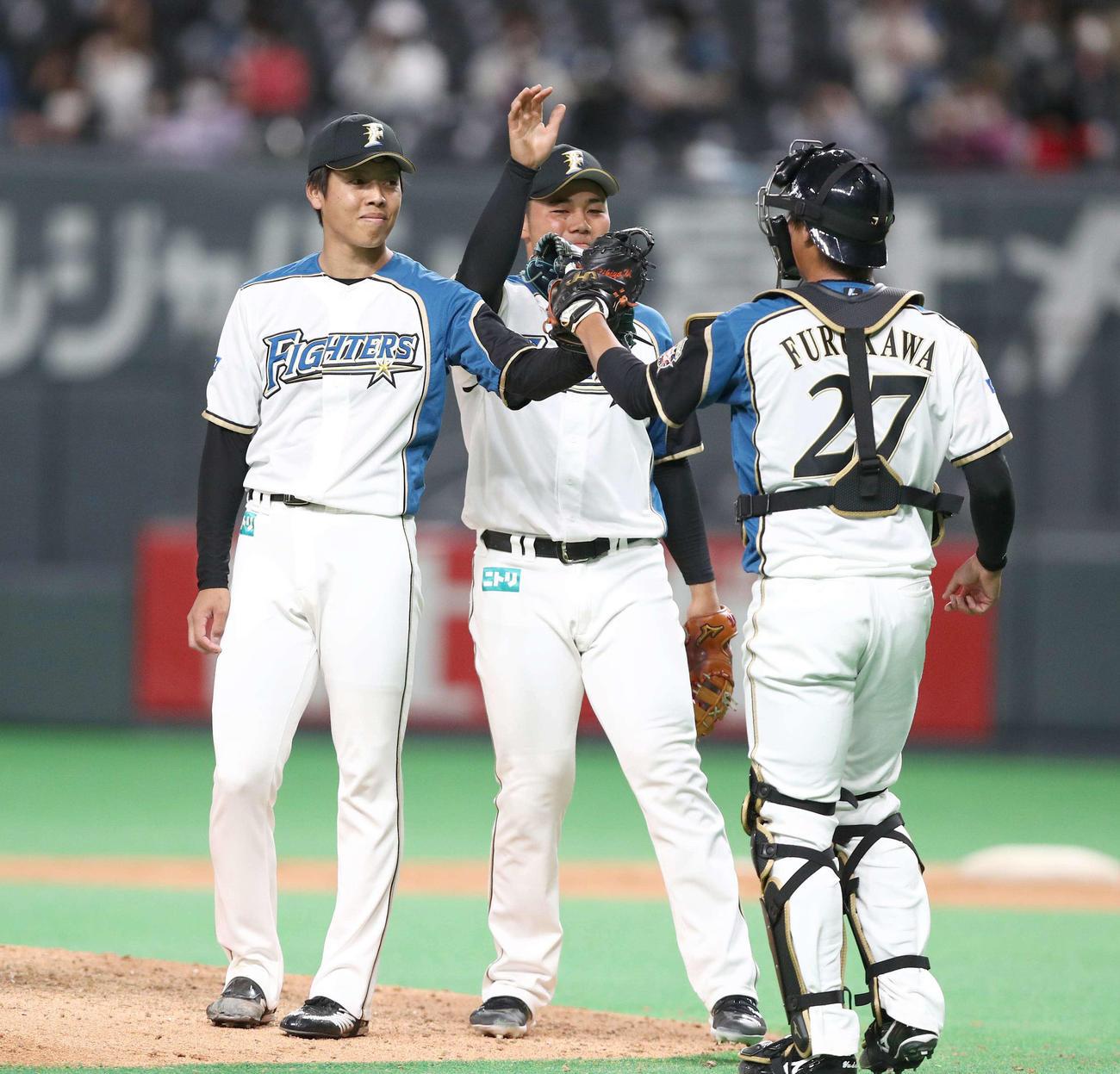 日本ハム対西武 試合後、古川(右)とタッチする杉浦(左)(撮影・黒川智章)