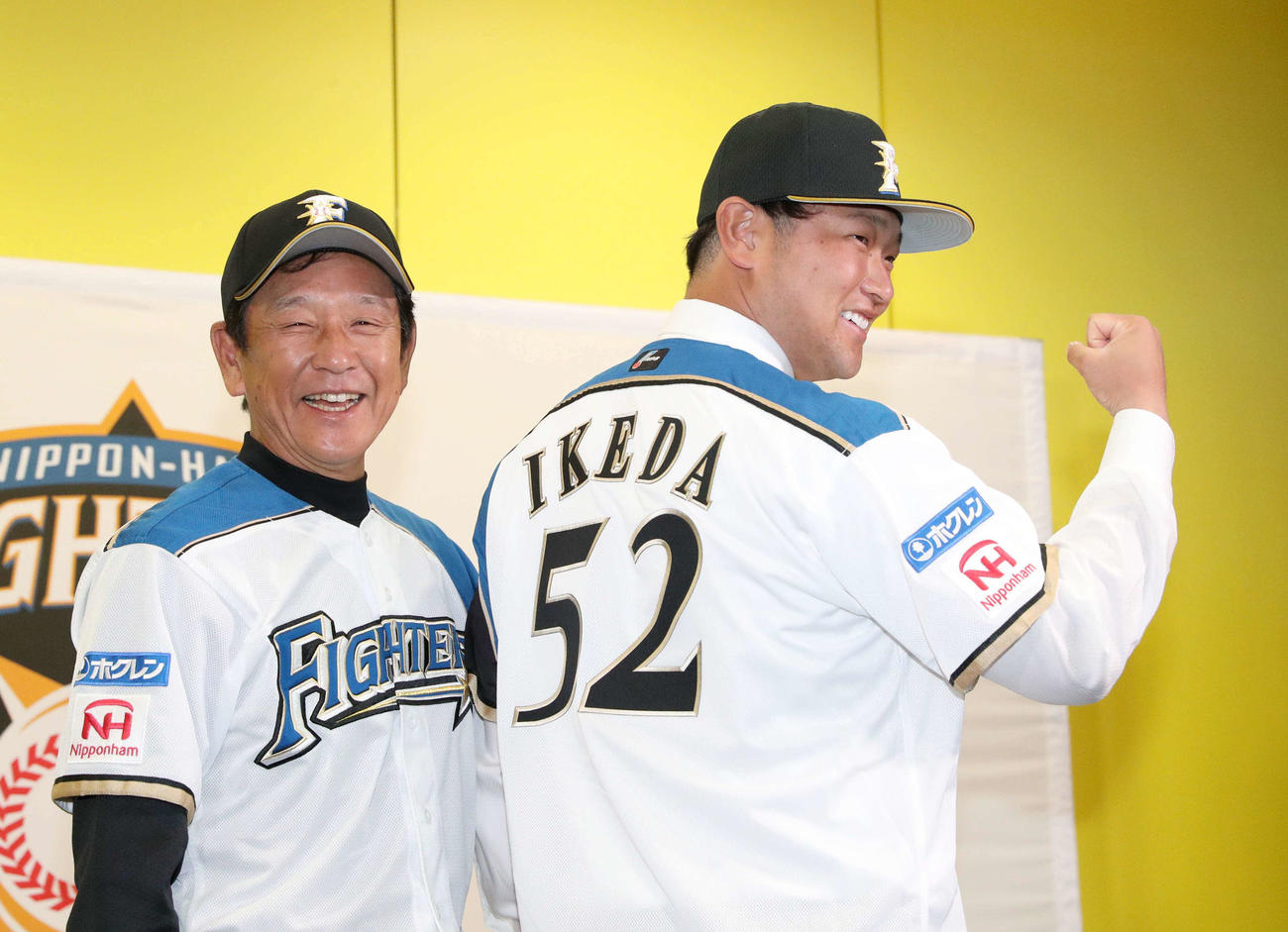 日本ハム栗山監督(左)と笑顔で撮影に応じる池田(撮影・佐藤翔太)