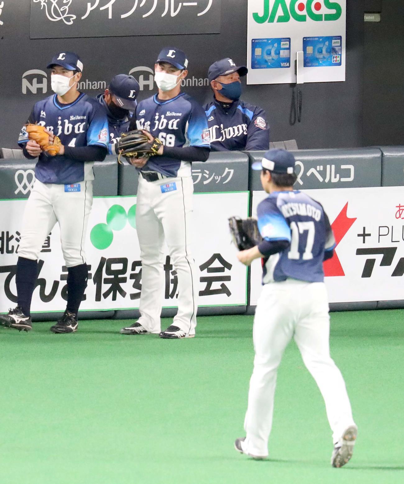 3日の日本ハム対西武 4回裏日本ハム2死満塁、中島に押し出しとなる四球を与え降板する西武松本(右手前)。右奥は辻監督(撮影・佐藤翔太)
