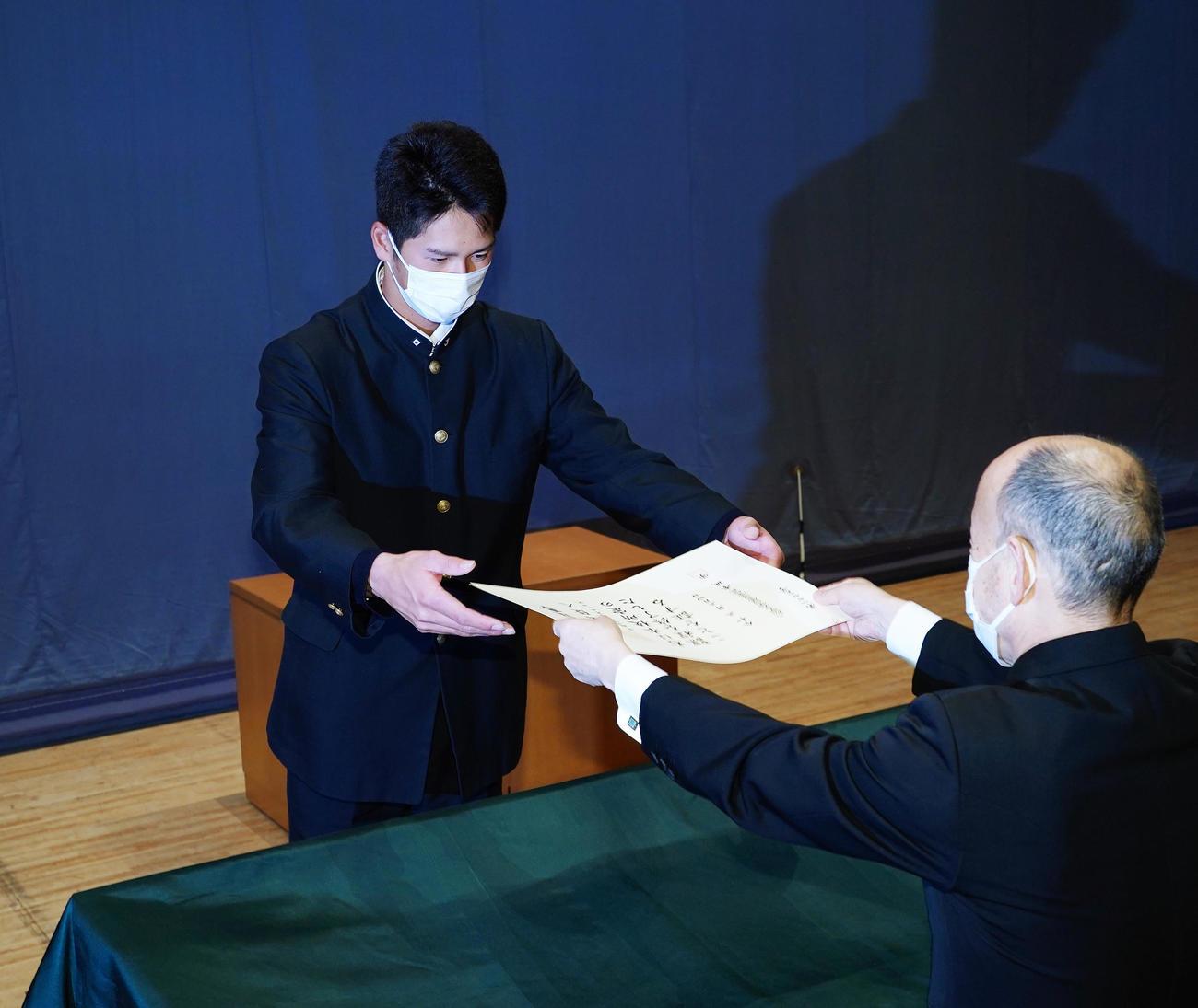 二松学舎大付高の卒業式で卒業証書を授与される巨人秋広(撮影・菅敏)