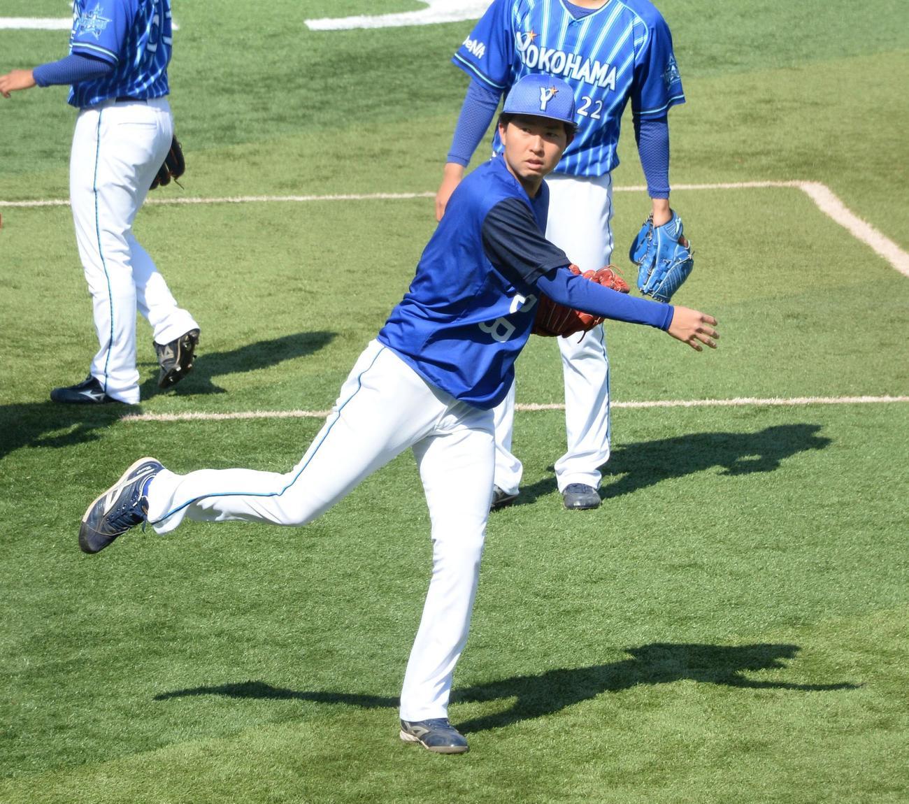 練習で軽快な動きを見せるDeNA京山(撮影・鈴木正章)