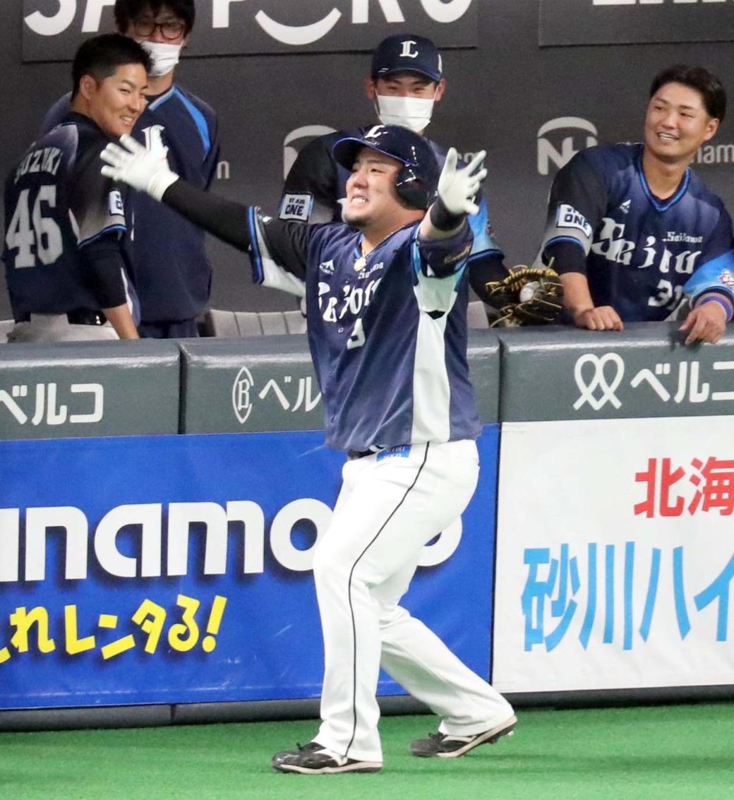 日本ハム対西武 1回表西武無死二、三塁、中越え3点本塁打を放ちどすこいポーズをする山川(撮影・佐藤翔太)