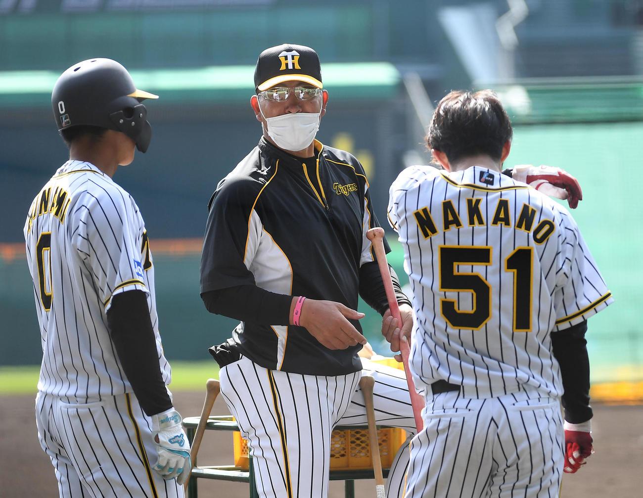 木浪(左)、中野(右)と話す井上ヘッドコーチ(撮影・前岡正明)