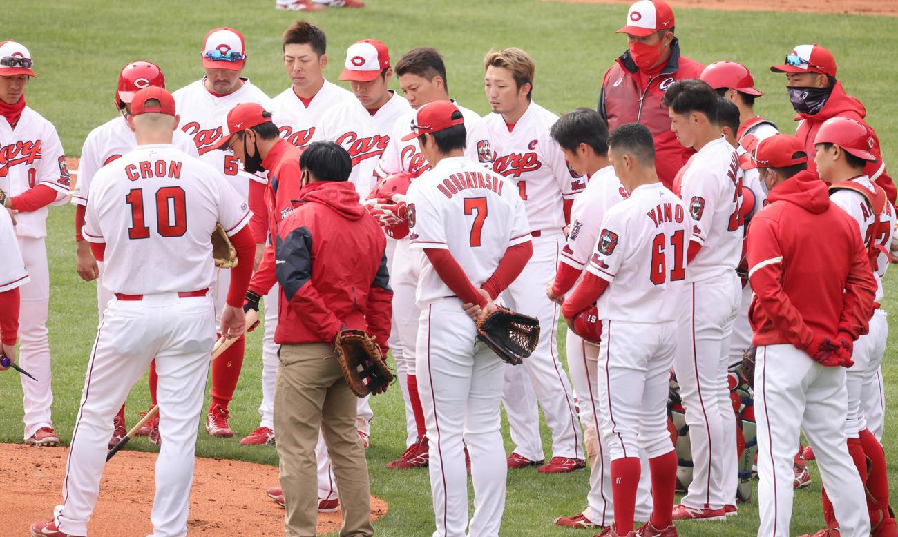 プロ野球広島練習 投内連係練習の終了後、野手を集めて説明する河田ヘッドコーチ(左から4人目)。右後方の赤マスク姿は佐々岡監督(撮影・加藤孝規)