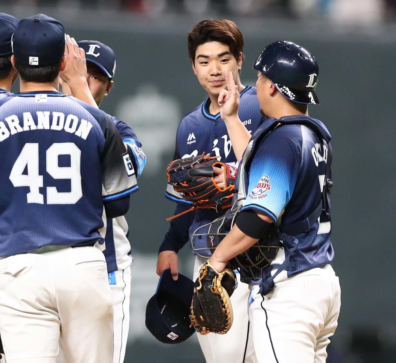 日本ハム対西武 試合後、ナインを出迎える上間(右から2人目)(撮影・黒川智章)