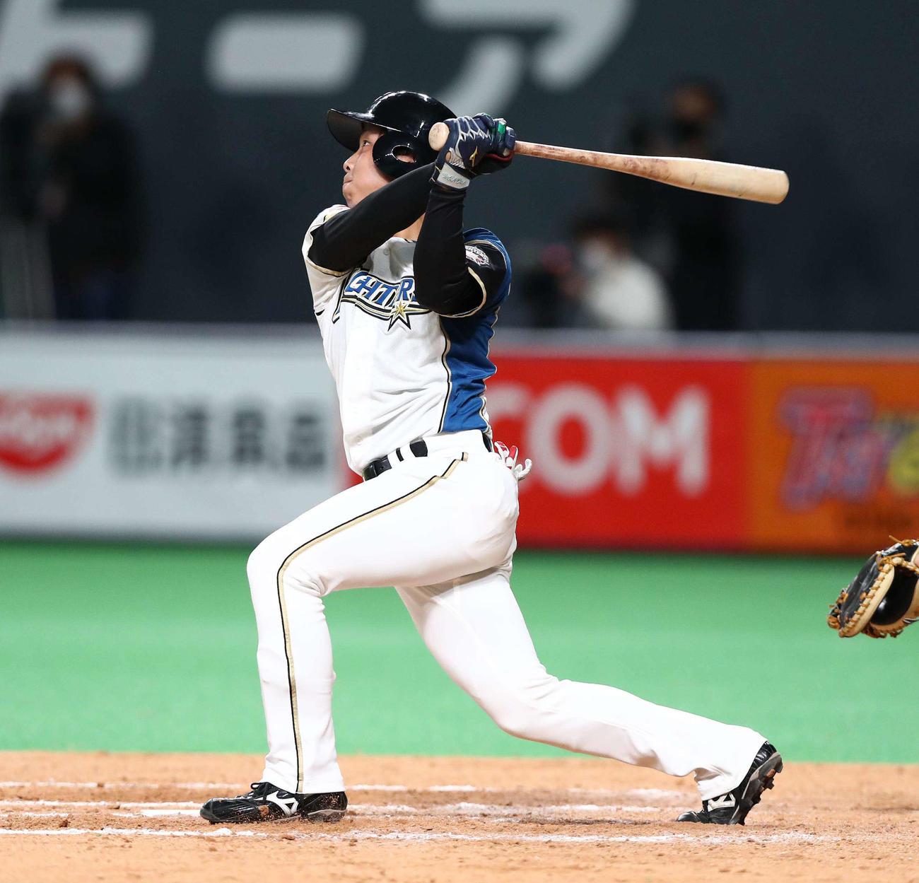 日本ハム対西武 9回裏日本ハム2死三塁、中前適時打を放つ上野(撮影・黒川智章)
