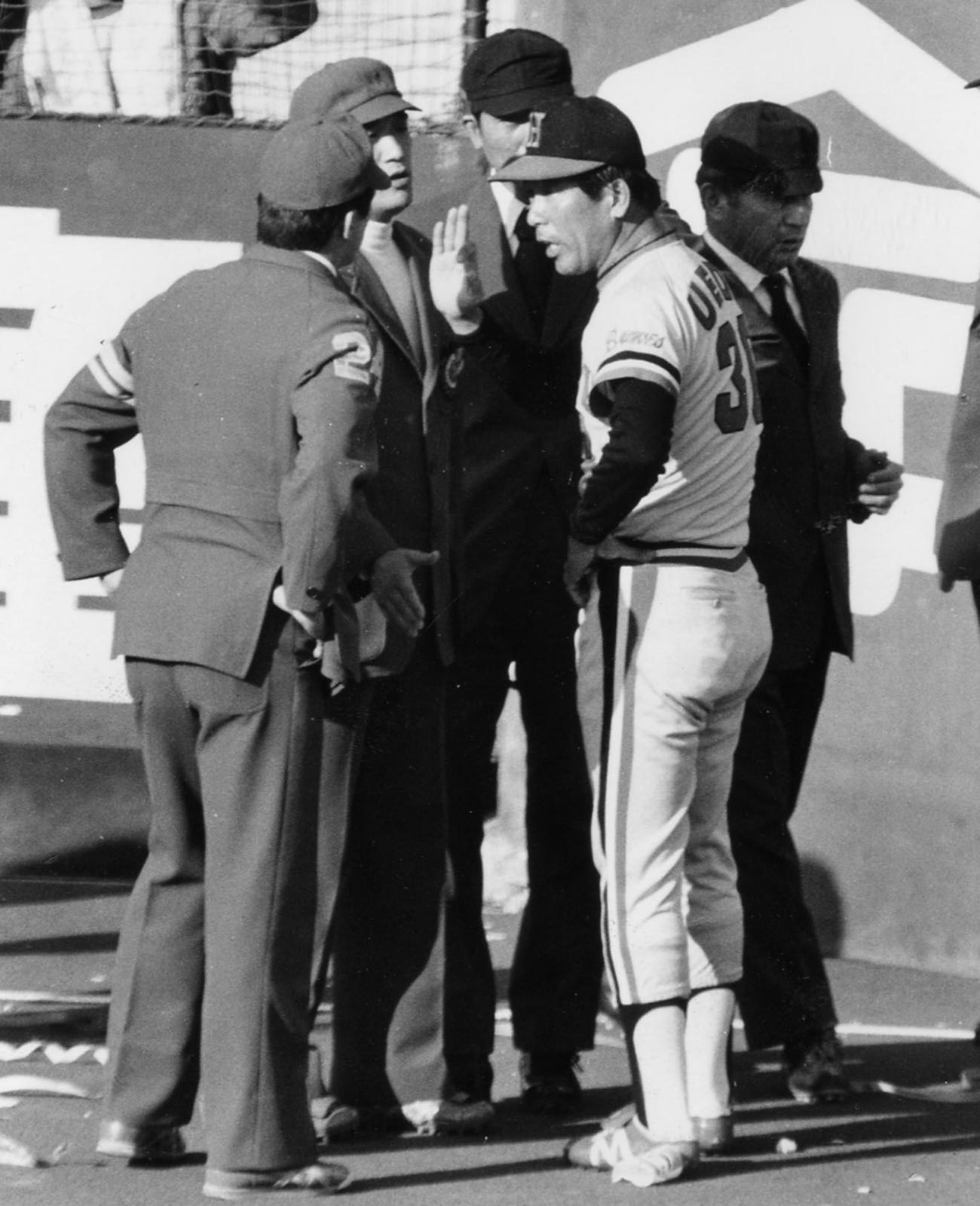 78年10月、日本シリーズでヤクルト大杉の微妙な本塁打に抗議する阪急上田監督