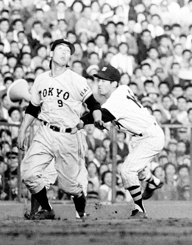 巨人戦で三塁走者藤尾茂にタッチする阪神三宅秀史三塁手(1961年)