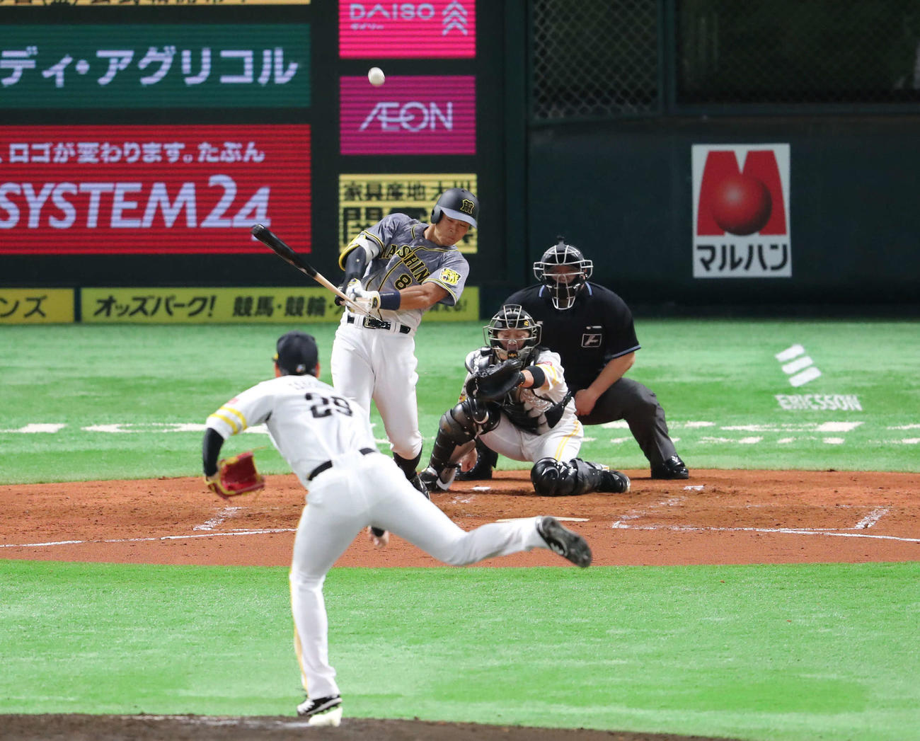 ソフトバンク対阪神 3回表阪神1死三塁、佐藤輝はバットを折られ二飛に終わる(撮影・梅根麻紀)