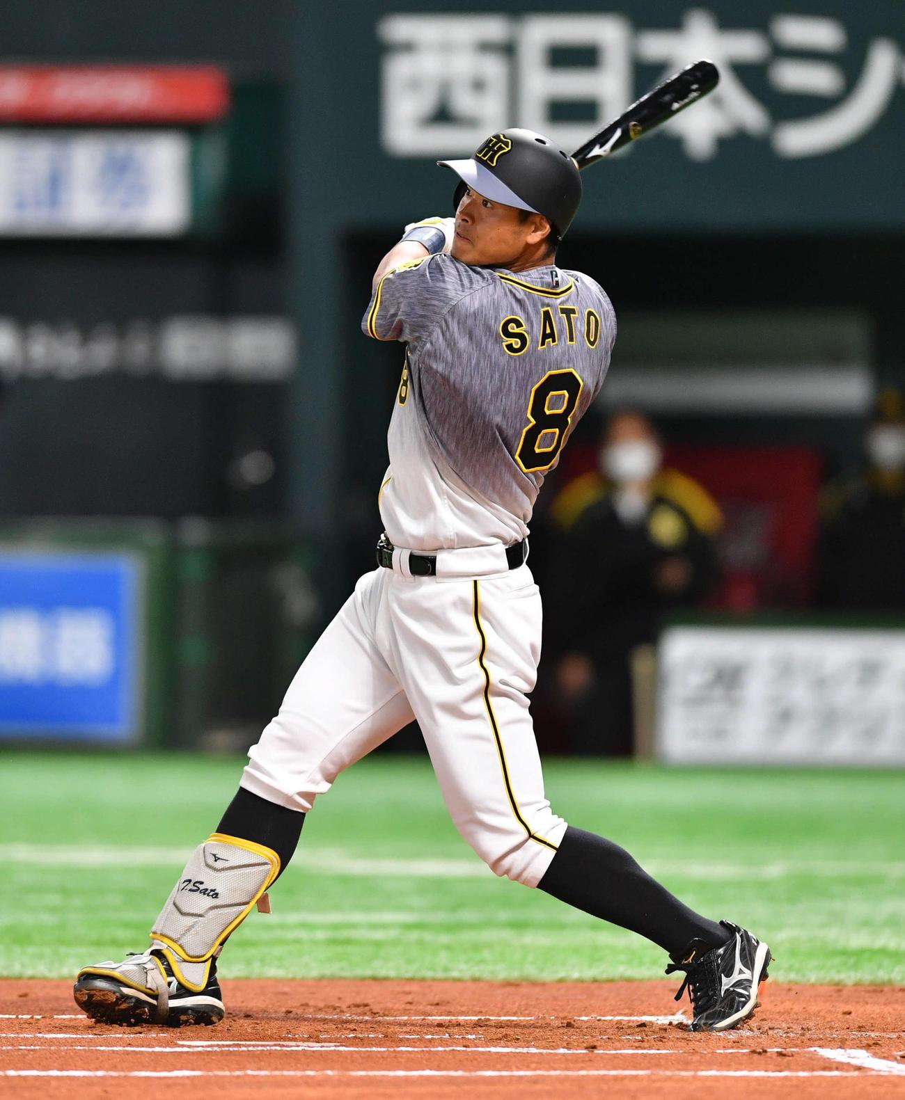 ソフトバンク対阪神 1回表阪神2死、佐藤輝は先制の左越え本塁打を放つ(撮影・岩下翔太)