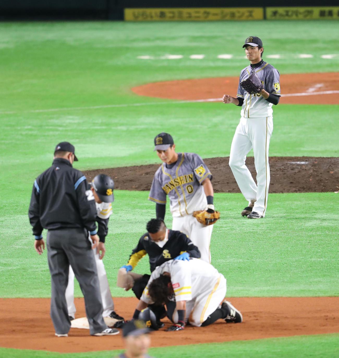 ソフトバンク対阪神 6回裏ソフトバンク無死二塁、打者・三森大貴のときに藤浪晋太郎は二塁へけん制球を送る、二塁走者の牧原大成は負傷。心配そうな表情(撮影・梅根麻紀)