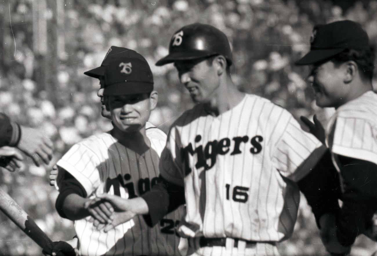ベンチ前で笑顔をみせる阪神・三宅秀史三塁手(右)と吉田義男遊撃手(1960年)