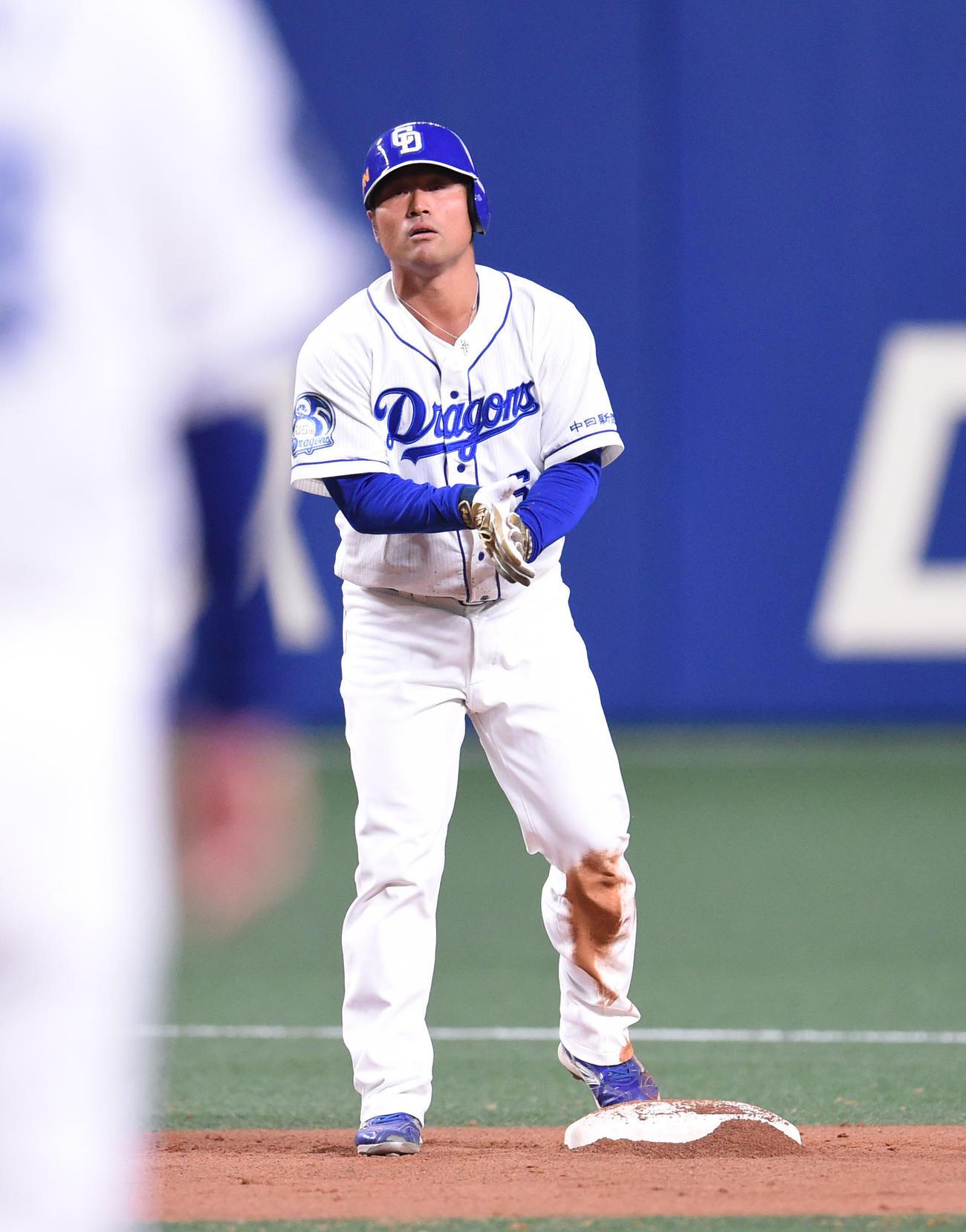 右適時二塁打を放った平田良介(撮影・森本幸一)