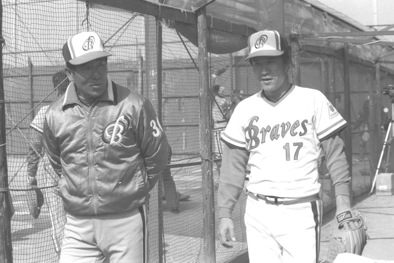 88年、阪急春季キャンプで言葉を交わす上田利治監督(左)と山田久志