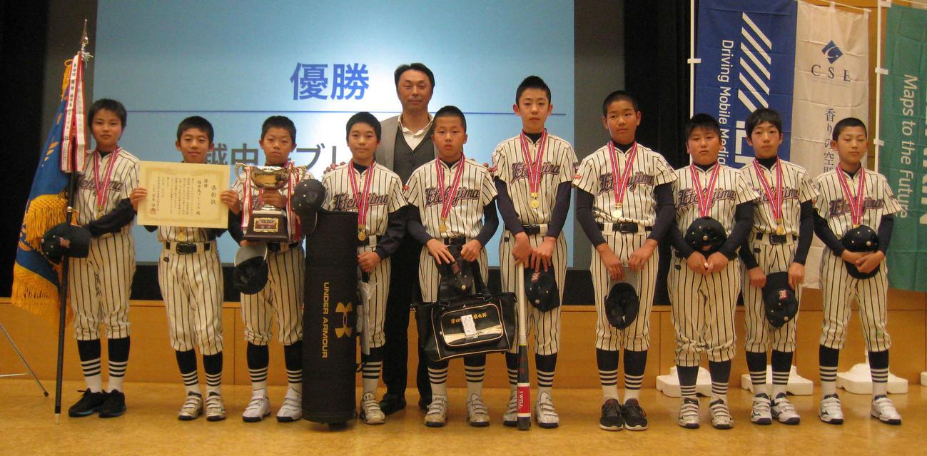 第4回大会で初優勝した越中島ブレーブスと宮本慎也氏(2020年1月撮影)