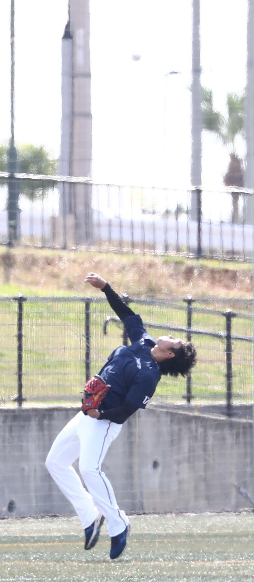 上空に向けボールを高く投げ上げる日本ハム伊藤