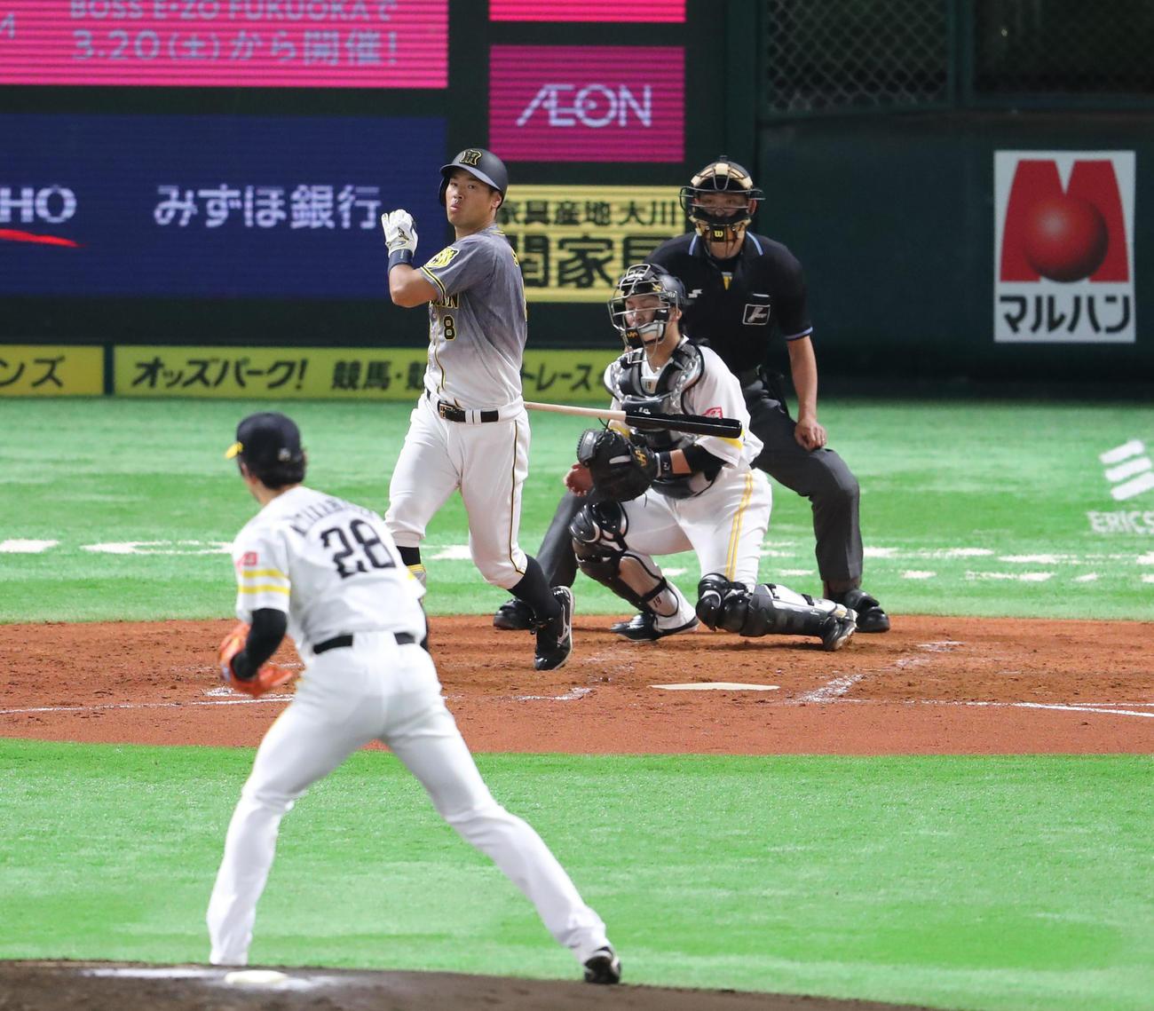 ソフトバンク対阪神 3回表阪神2死一塁、佐藤輝明は空振りの三振(撮影・梅根麻紀)
