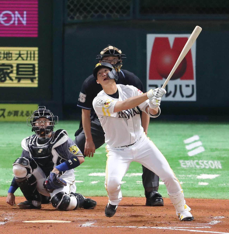 ソフトバンク対阪神 6回裏ソフトバンク1死、真砂は右中間に本塁打を放つ(撮影・梅根麻紀)