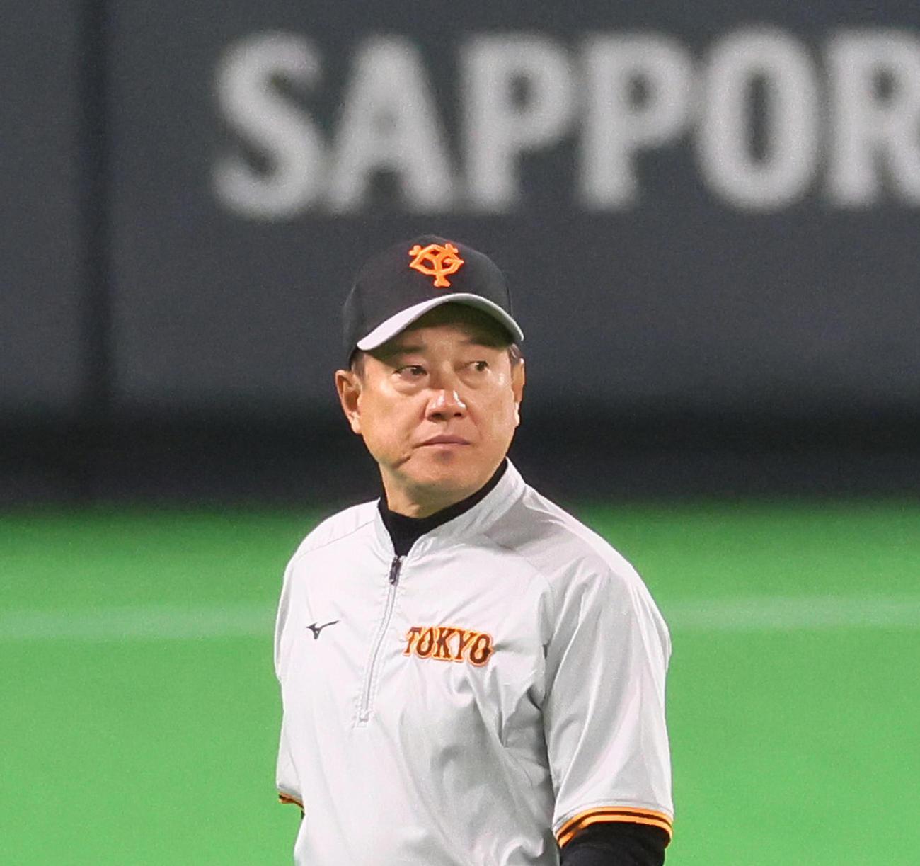 試合前の練習を見つめる巨人原監督(撮影・足立雅史)