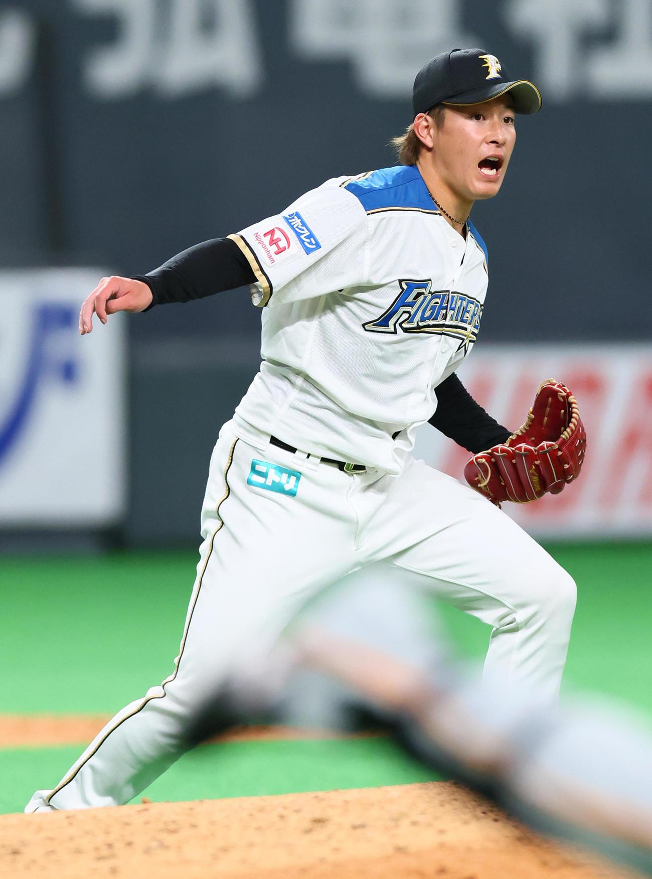 日本ハム対巨人 5回表巨人無死一、三塁、梶谷の打球をグラブではじいた吉田は必死に一塁へ送球するも悪送球となる(撮影・足立雅史)