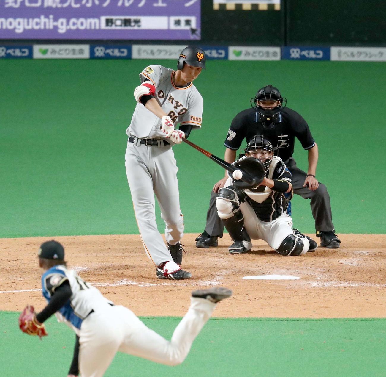 日本ハム対巨人 5回表巨人無死二塁、右前打を放つ秋広(撮影・黒川智章)