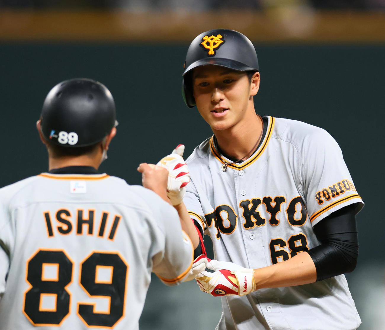 日本ハム対巨人 5回表巨人無死二塁、右前打を放ち笑顔を見せる秋広(撮影・足立雅史)