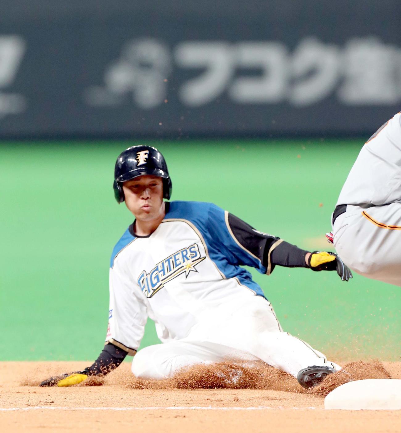 日本ハム対巨人 6回裏日本ハム2死二塁、宮田は巨人畠の暴投の間に三塁に進塁する(撮影・佐藤翔太)