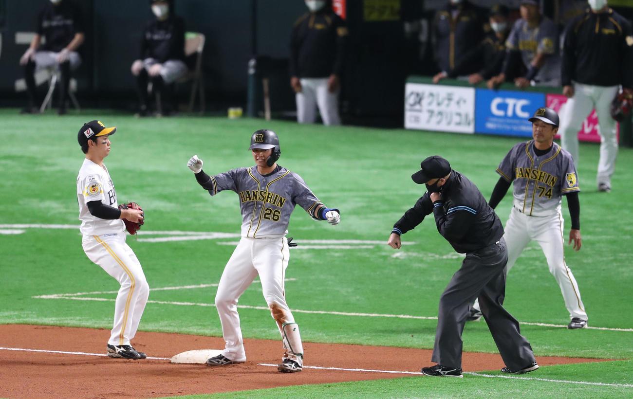 ソフトバンク対阪神 6回表阪神2死一塁、北條は右越えに適時二塁打を放つ、一気に三塁へ進むが惜しくもアウト(撮影・梅根麻紀)