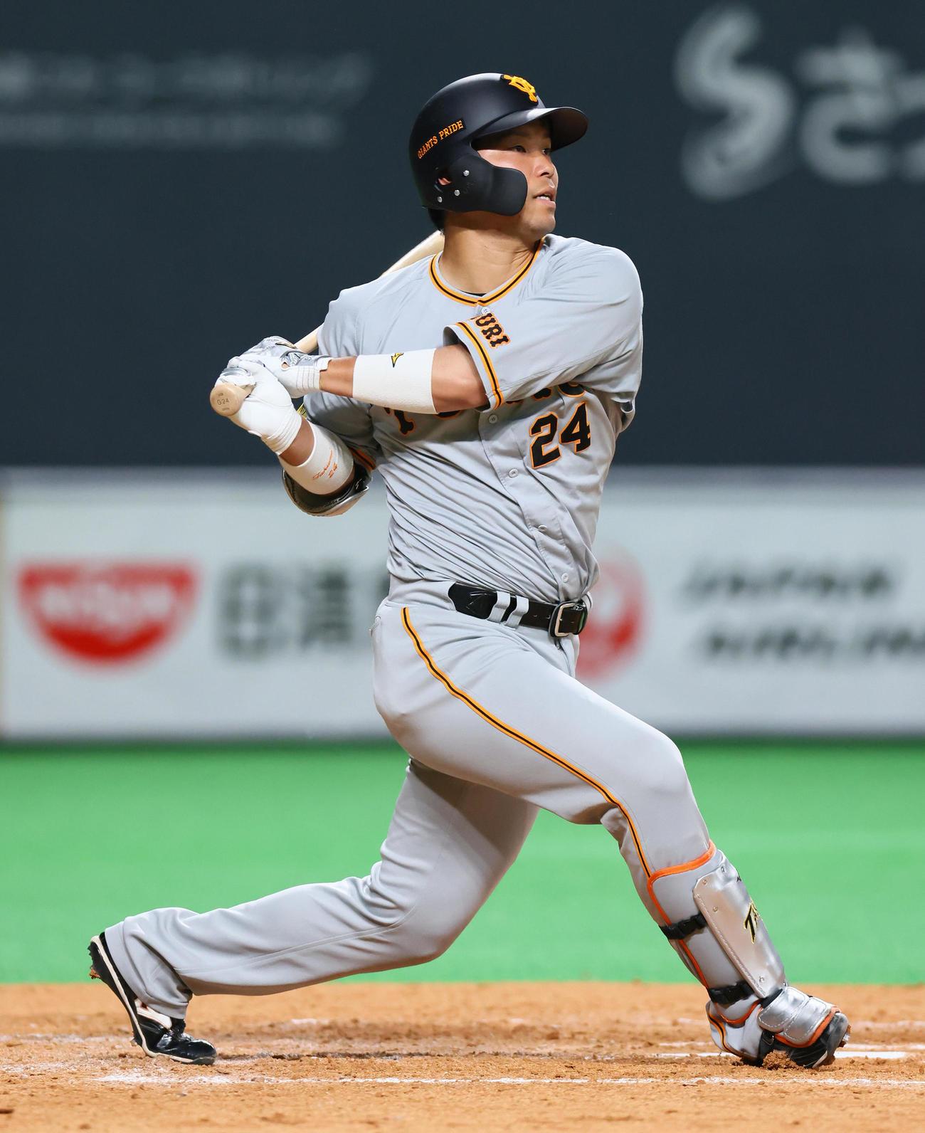 日本ハム対巨人 3回表巨人2死一塁、大城は右翼線適時二塁打を放つ(撮影・足立雅史)