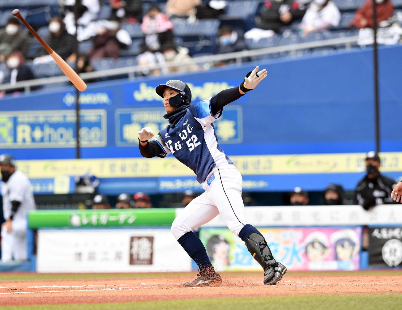 ロッテ対西武 7回表西武1死一塁、山田は左越え2点本塁打を放つ(撮影・滝沢徹郎)