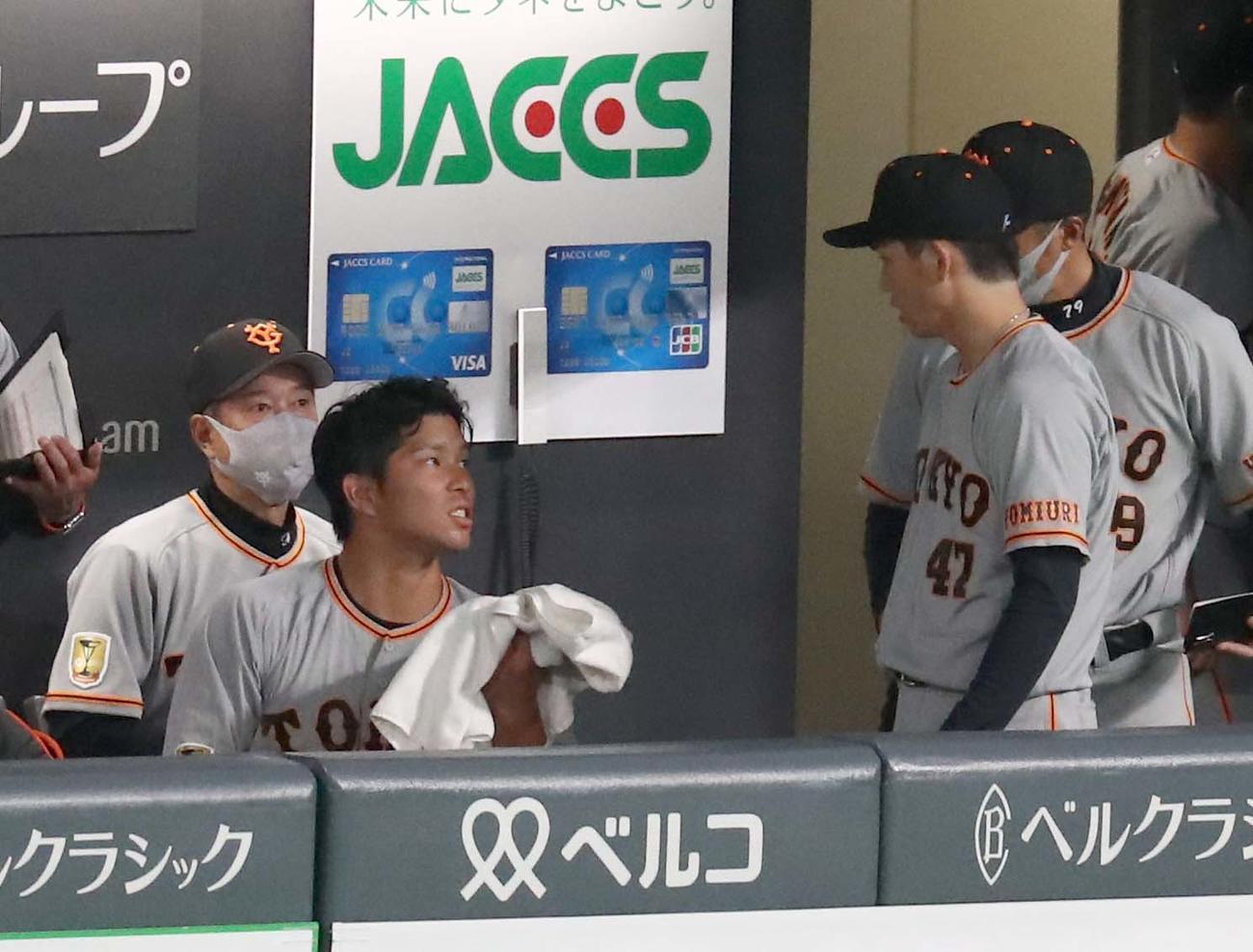 日本ハム対巨人 2回を終え、ベンチで大城(左から2人目)と話す高橋(撮影・黒川智章)