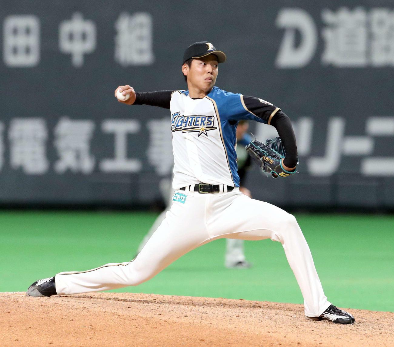 日本ハム対巨人 9回から登板する日本ハム杉浦(撮影・佐藤翔太)