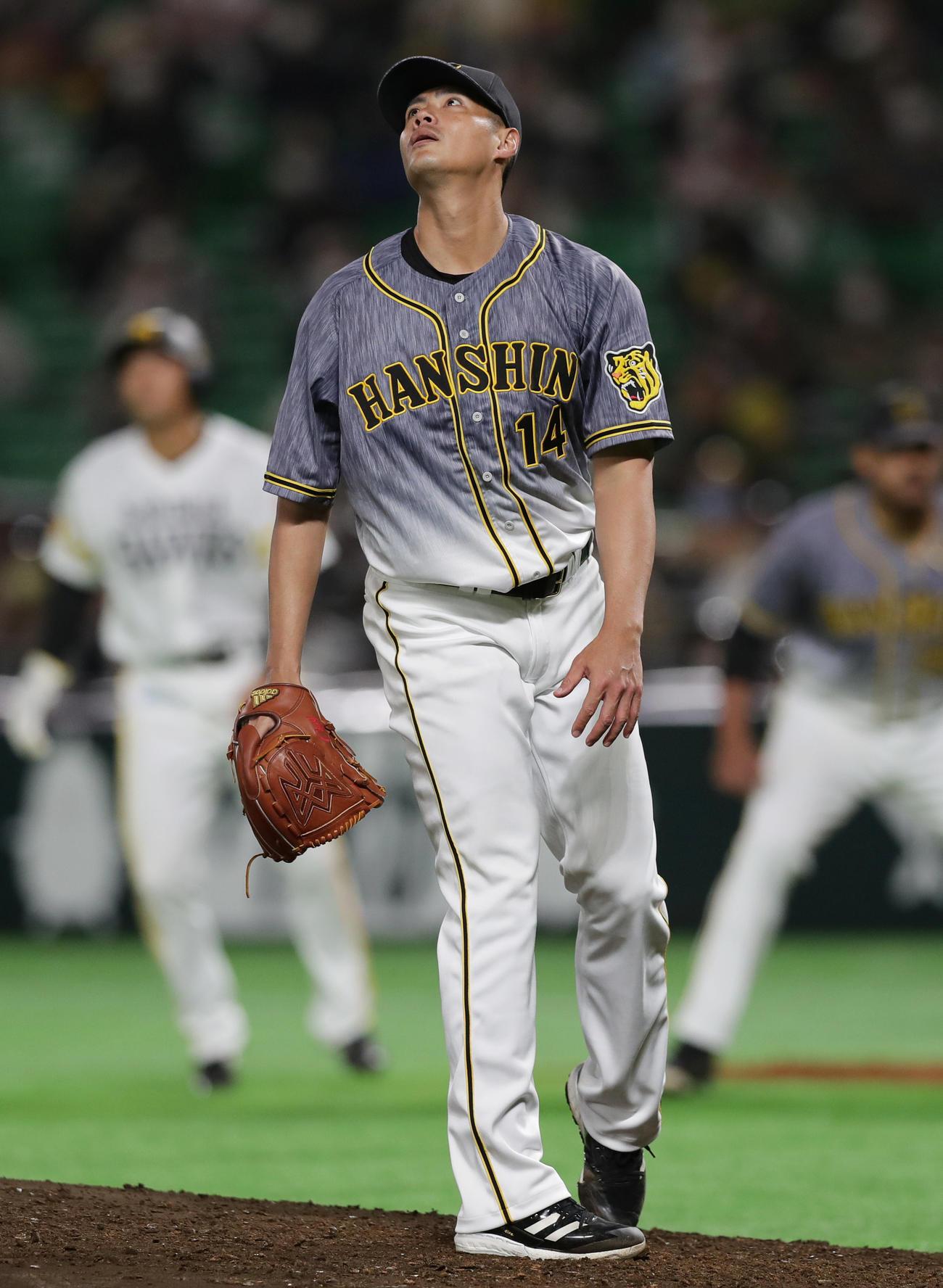 阪神チェンはソフトバンク甲斐に満塁本塁打を浴びる(撮影・前田充)