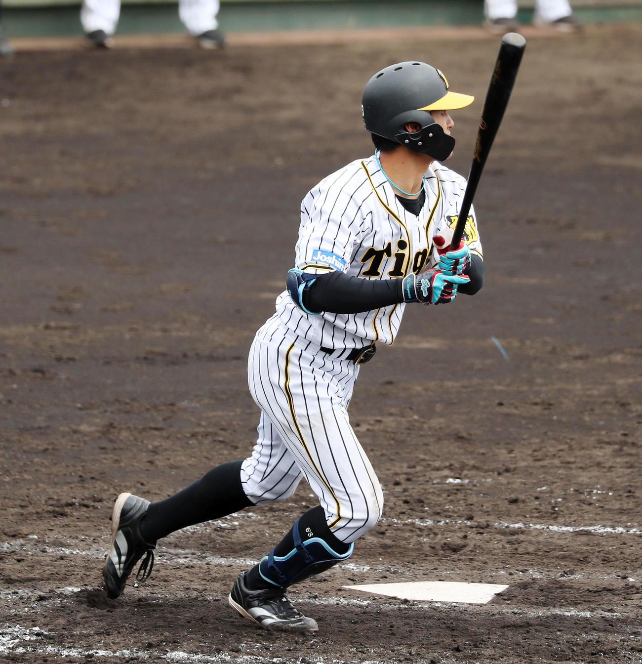 阪神対関大 3回裏阪神2死満塁、板山は左中間越えに適時三塁打を放つ(代表撮影)