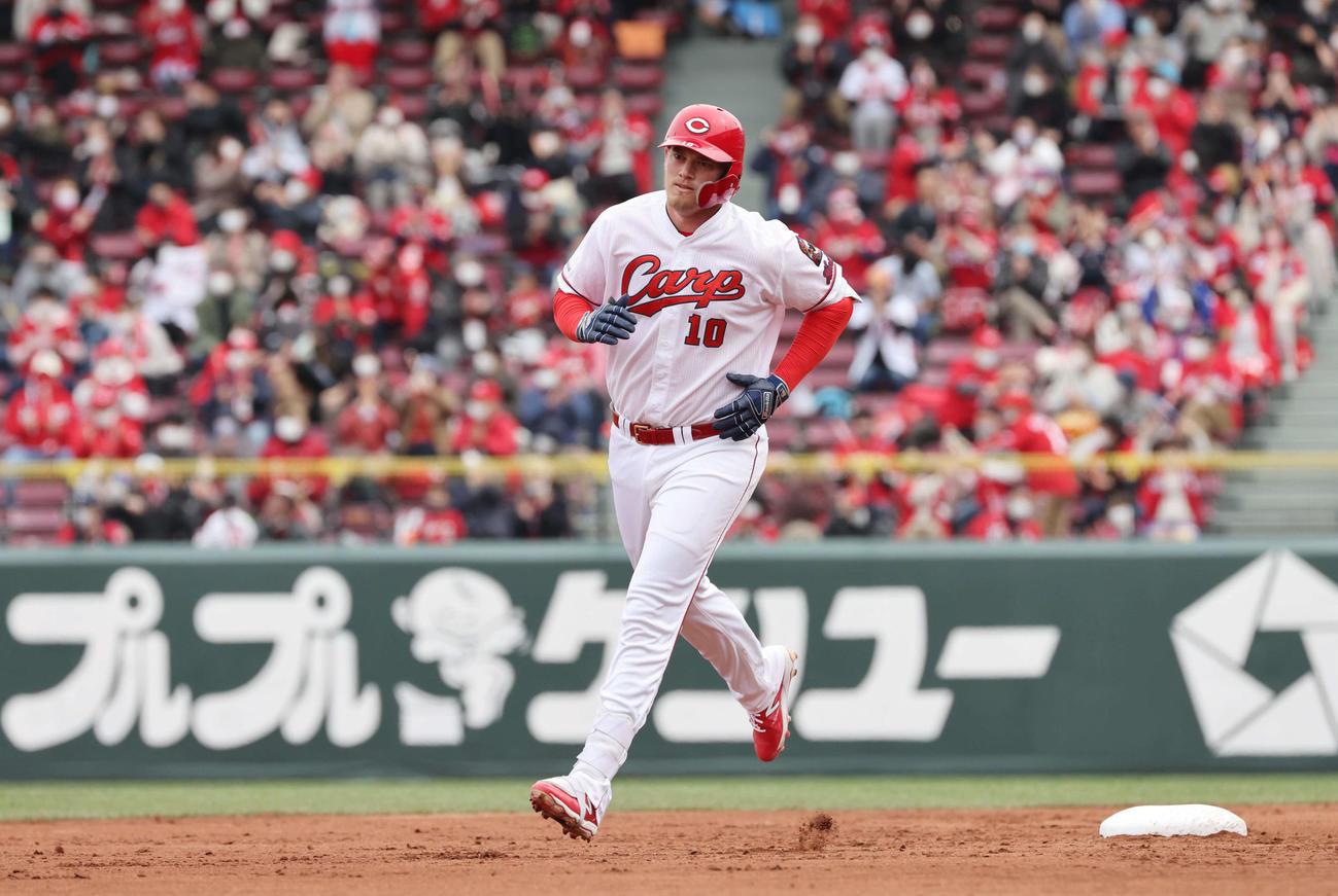 広島対ヤクルト 4回裏広島2死一塁、クロンは先制左越え2点本塁打を放つ(撮影・加藤孝規)